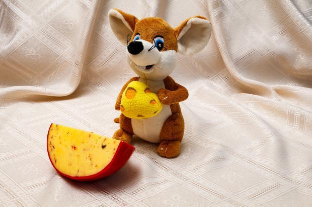 игрушка вязаная крыса с сыром