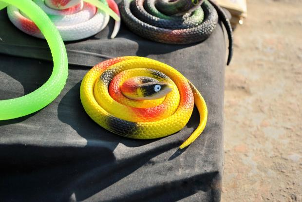продаются игрушечные разноцветные змеи