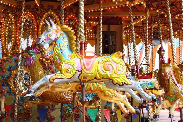 фигура лошади мчится на детской карусели
