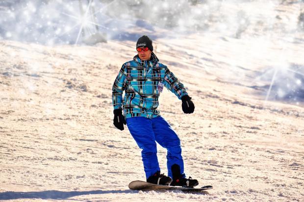 сноубордист едет с горы