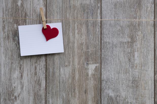 Записка с красным сердцем