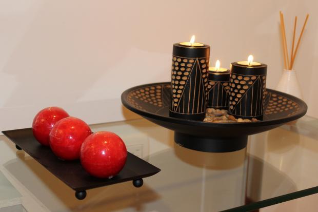 свечи на тарелке, красные шары