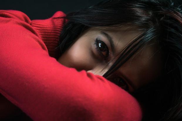 черноглазая девушка в красном джемпере