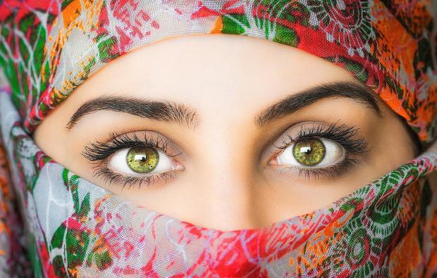 зеленоглазая девушка в ярком платке