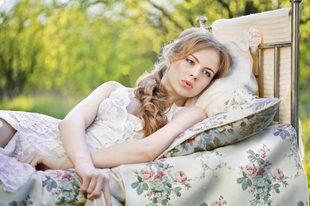 девушка лежит на кровати на свежем воздухе