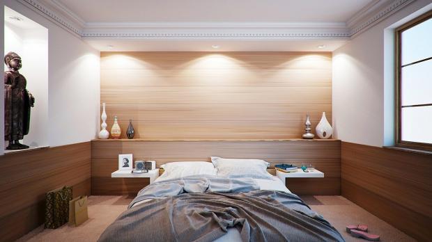 .большая кровать в светлой спальне
