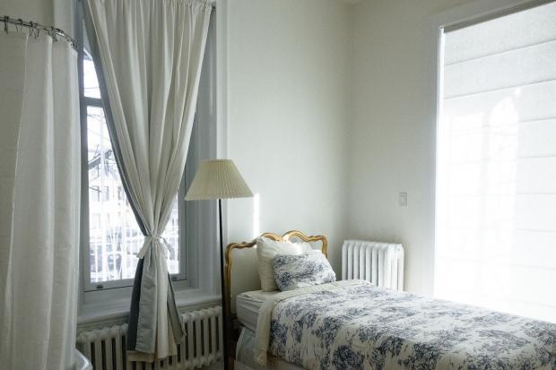 спальня в белых тонах с односпальной кроватью