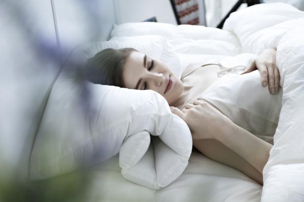 девушка спит на белом постельном белье
