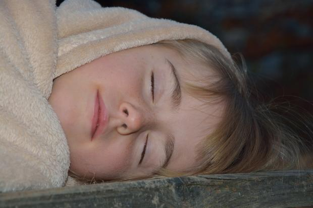 спит девочка в пледе