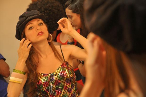 девушка прихорашивается перед зеркалом