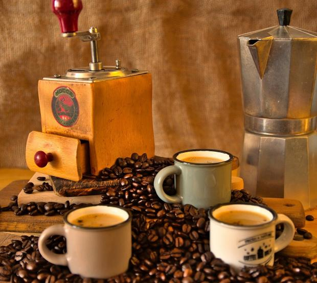 кружки кофе среди кофейных зерен