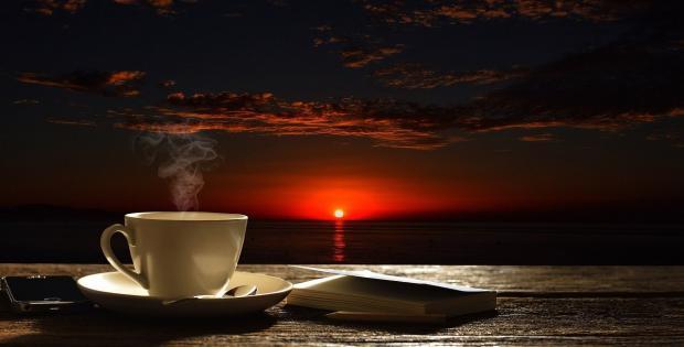 чашка кофе на фоне заката
