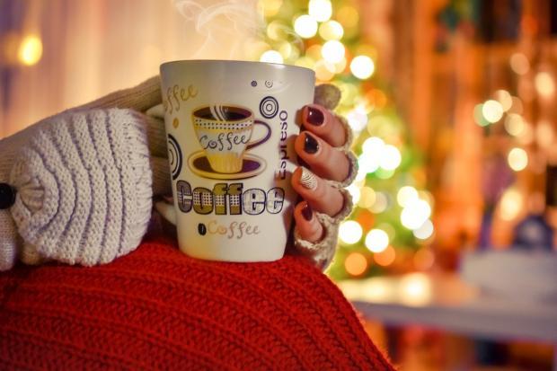 девушка держит чашку кофе