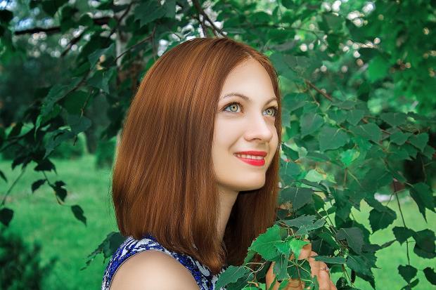 девушка  среди деревьев