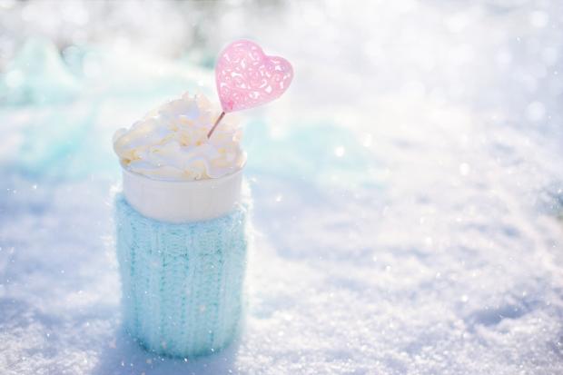 голубая чашка с напитком на снегу