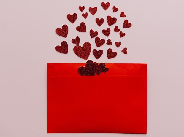 красный конверт с сердечками
