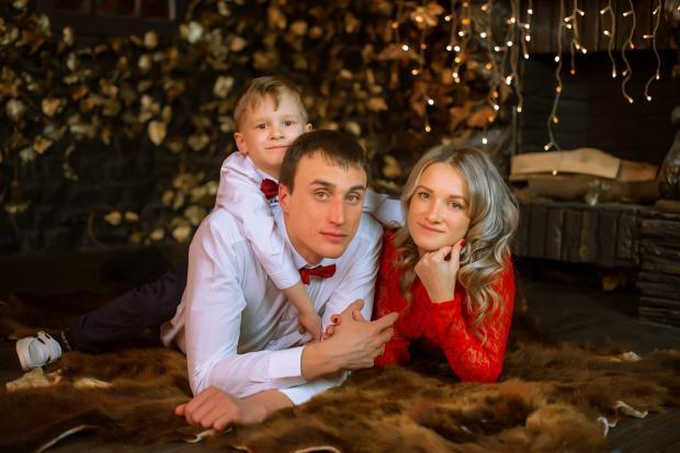 празднично одетые родители с сыном