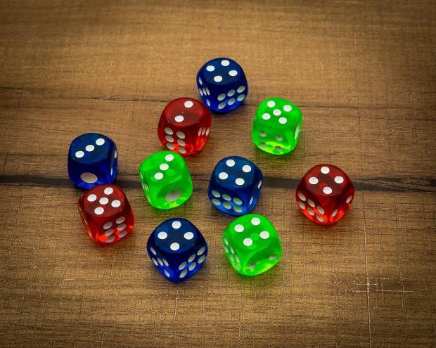 разноцветные игральные кубики лежат на столе