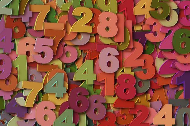 груда разноцветных объемных цифр