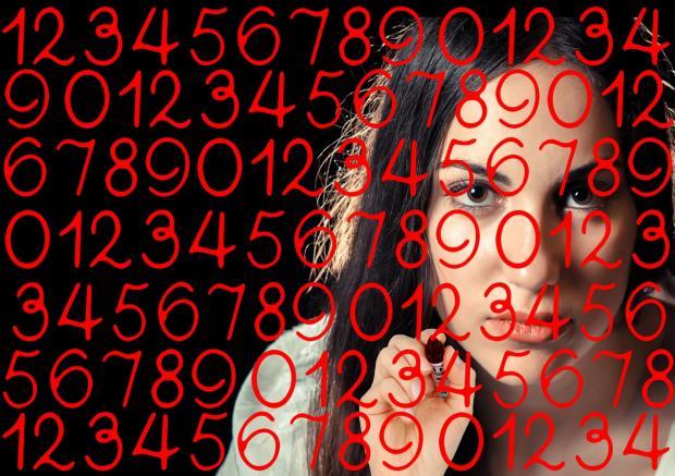лицо девушка за исписанными цифрами стеклом