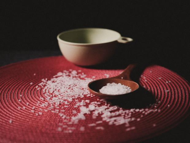 рис в белой миске