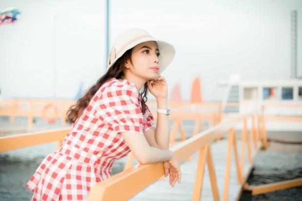 девушка в шляпке смотрит на море