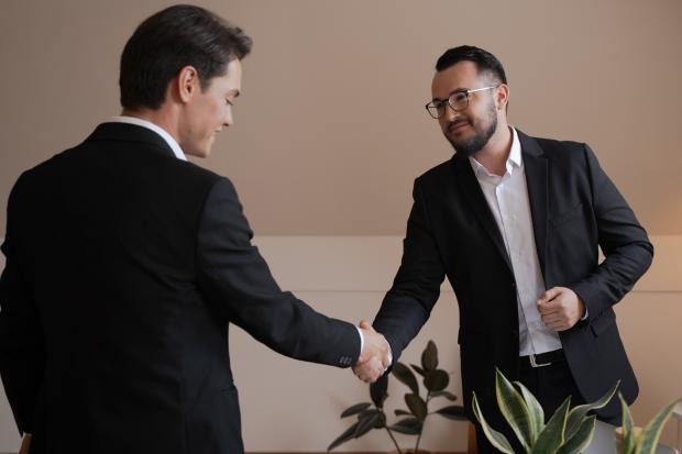 мужчины жмут друг другу руки