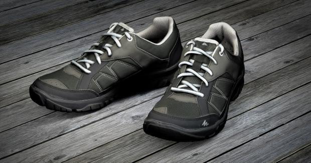 спортивная обувь на деревянных досках