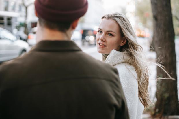 Молодая девушка смотрит на мужчину