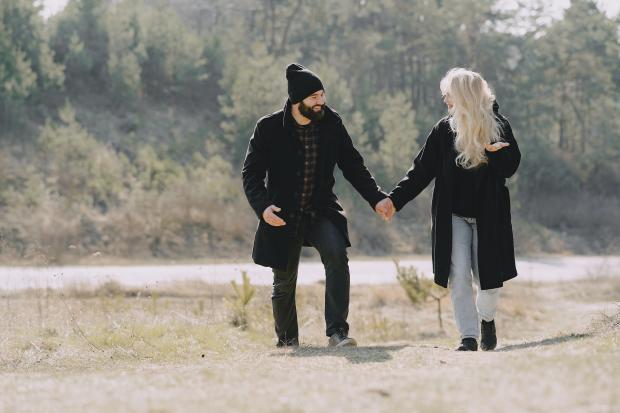 Молодая пара идет по полю
