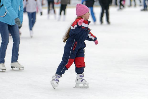 девочка катаетс я на коньках