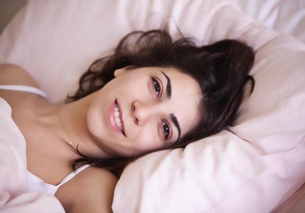 проснулась улыбающаяся девушка