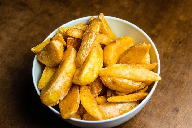 жареный картофель в белой миске