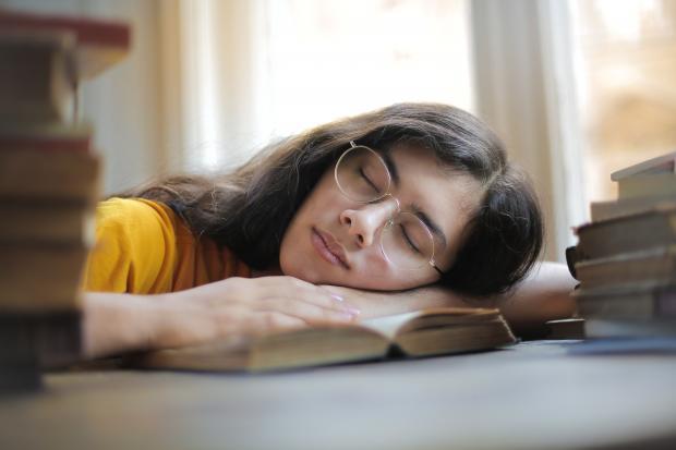 девушка в очках спит за столом