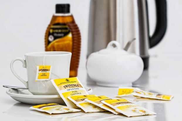 чашка, чайник, пакетики ромашкового чая