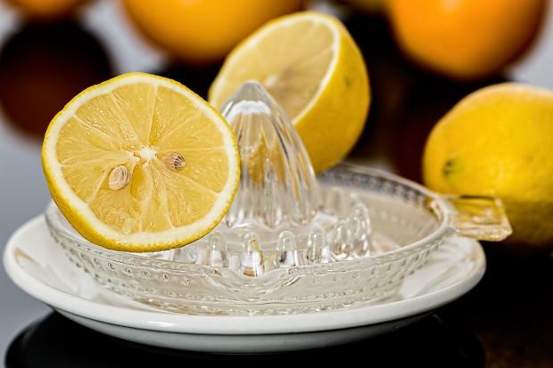 разрезанные лимоны, соковыжималка
