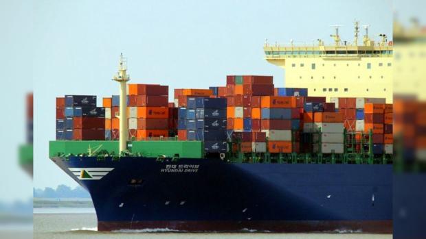 Японский морской сухогруз перевозит контейнеры