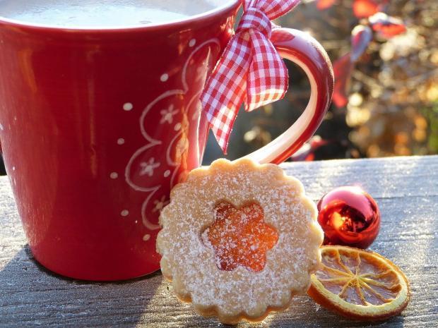 красная кружка с печеньем