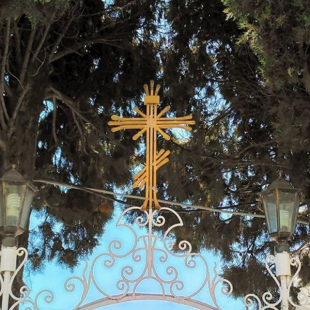 крест над церковной оградой