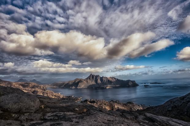 море, небо, каменистый берег