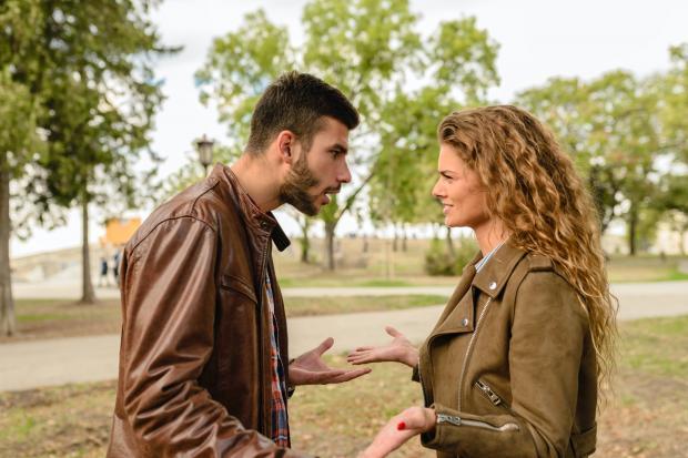 парень с девушкой ссорятся