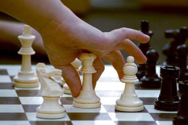 ребенок играет в шахматы