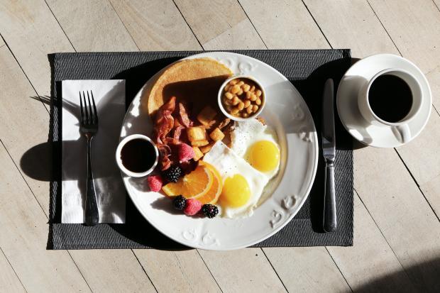 завтрак, яйца и кофе