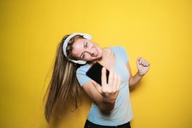 девушка случает музыку в наушниках