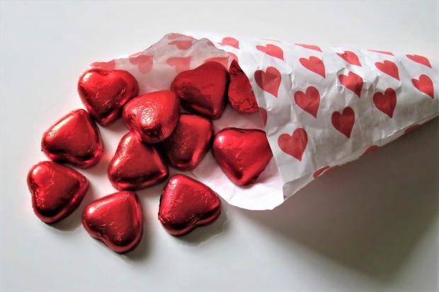 кулек конфет в виде маленьких красных сердечек