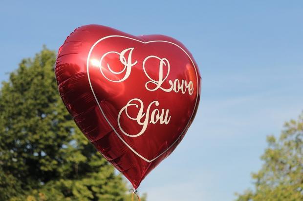 красный воздушный шар в виде сердца