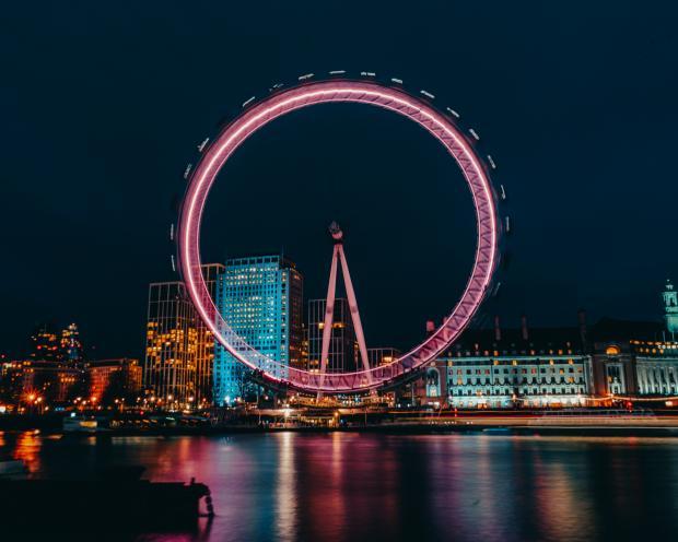 колесо обозрения, вечерний город