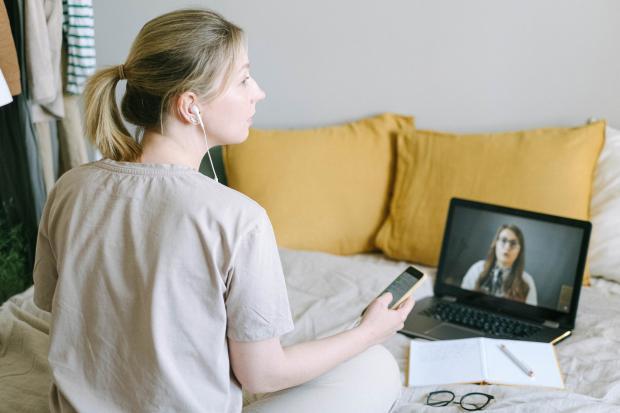 девушка общается с женщиной по видеосвязи