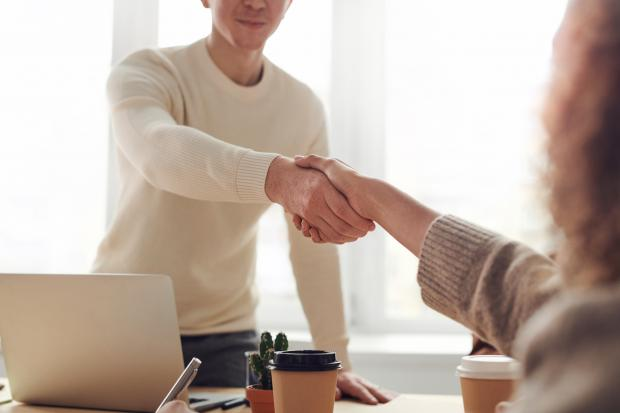 мужчина пожимает руку женщине