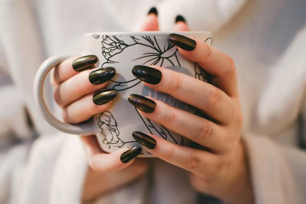 чашка с напитком в женских руках